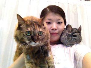 1993年生まれの愛猫こまち♀(当時23歳)とチンチラの楽ちゃん♀と一緒に。